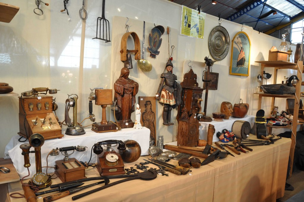 salon antiquites brocante collections antiquit. Black Bedroom Furniture Sets. Home Design Ideas